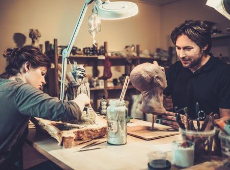 efectos especiales: Las personas que trabajan en un taller fx especial protésica Foto de archivo