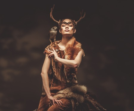 wilkołak: Kobieta w rytualne szaty szaman z jastrzębia