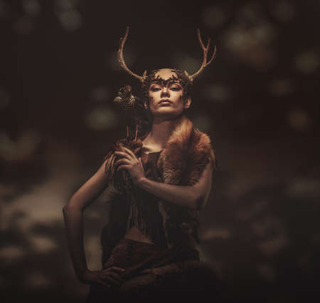 loup garou: Femme shaman dans le v�tement rituel avec �pervier