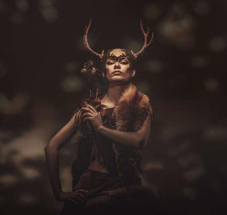 halcón: Mujer chamán en prenda ritual con halcón