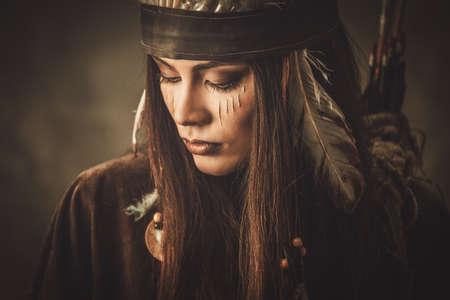 tribu: Mujer con tocado de indio tradicional y pintura de la cara