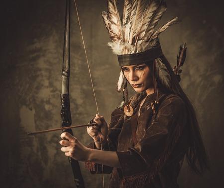 bow arrow: Guerrero indio mujer con arco Foto de archivo