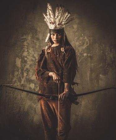indios americanos: Guerrero indio mujer con arco Foto de archivo