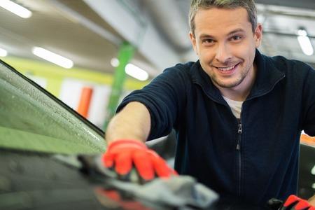 cleaning car: Trabajador hombre que limpiaba el coche en un t�nel de lavado