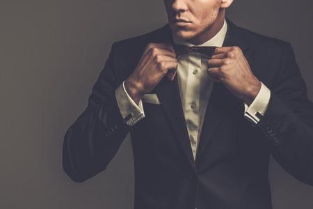 black tie: Afilado hombre con chaqueta de vestido y pajarita