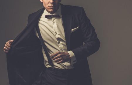 corbata negra: Afilado hombre con chaqueta de vestido y pajarita