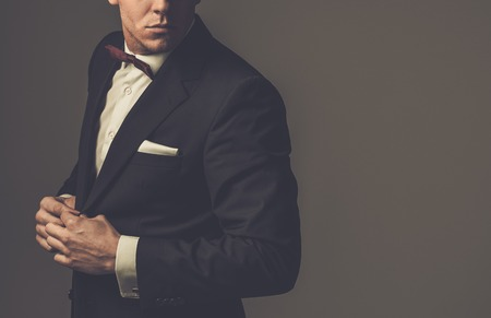 галстук: Sharp одетый мужчина носить пиджак и галстук-бабочка