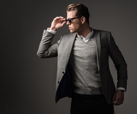 suit: Hombre vestido fuerte Confiados en traje negro