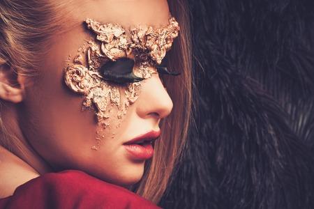 mascaras de carnaval: Mujer con creatividad máscara de carnaval en su cara Foto de archivo