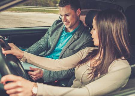 hombre manejando: Conducir instructor y estudiante mujer en el coche de examen