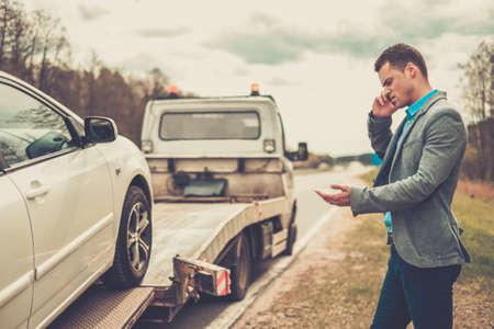 camioneta pick up: El hombre que llama mientras grúa recoger su coche roto Foto de archivo
