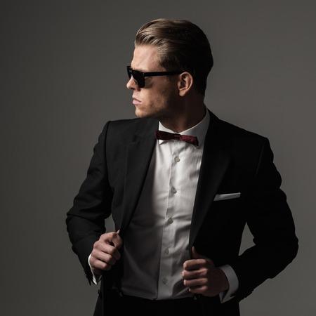 traje formal: Hombre vestido fuerte Tough en traje negro Foto de archivo
