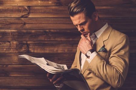 periodicos: Hombre con estilo con el periódico en el interior de una casa rural Foto de archivo