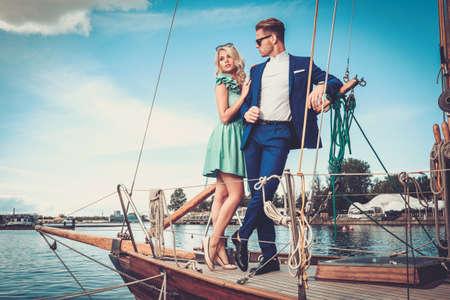 生活方式: 時尚富有夫婦在豪華遊艇 版權商用圖片