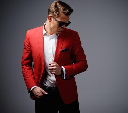 uomo rosso: Elegante uomo in giacca rossa Archivio Fotografico
