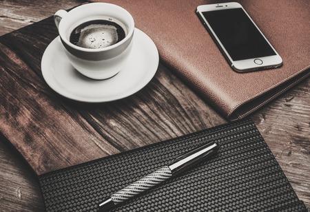 taza cafe: Herramientas de negocios de lujo sobre una mesa de madera