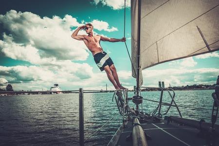 bateau de course: Bel homme sur une régate