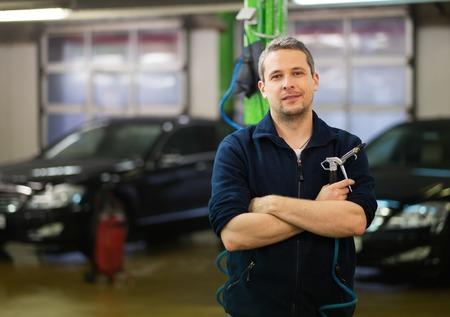 ouvrier: Travailleur heureux sur un lavage de voiture Banque d'images