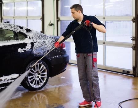 lavado: El trabajador del hombre lavado de coches de lujo en un lavadero de autos Foto de archivo