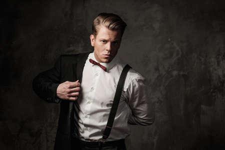traje: Hombre vestido fuerte Tough en traje negro Foto de archivo