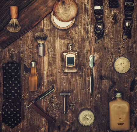 peluquero: Accesorios de caballero en un sobre una tabla de madera de lujo