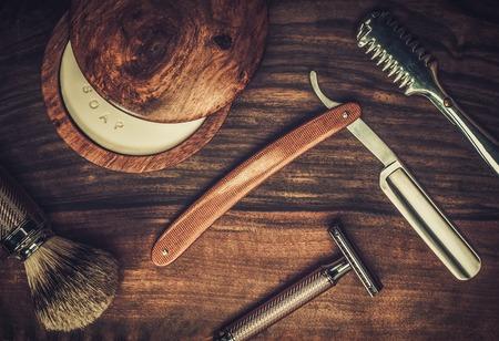 capelli lisci: Accessori per la rasatura su uno sfondo di legno di lusso Archivio Fotografico