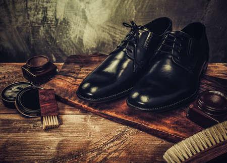 botas: Accesorios para calzado sobre una mesa de madera