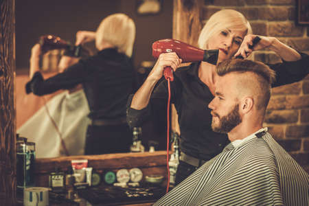 barbero: Cliente estilista visitar en barbería
