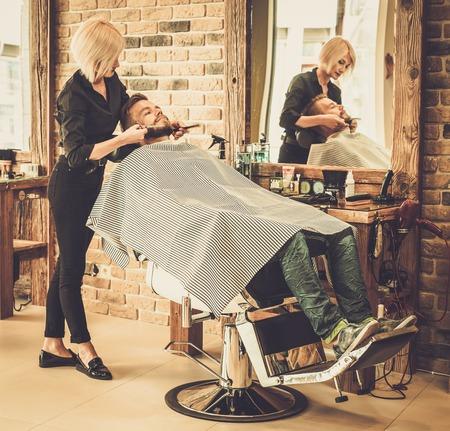 barbero: Cliente durante la barba y el bigote acicalado en barber�a Foto de archivo