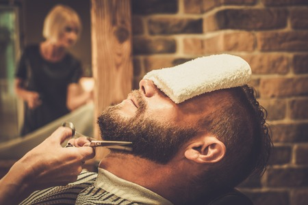 bigote: Cliente durante la barba y el bigote acicalado en barber�a Foto de archivo