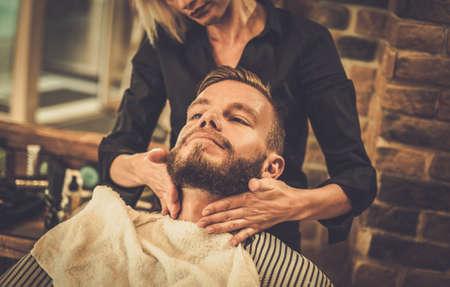 barbero: Cliente Hipster barber�a visitar Foto de archivo