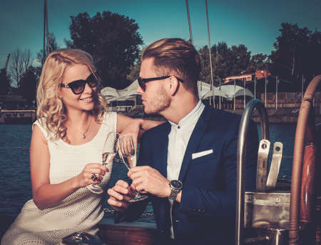 lifestyle: Elegante coppia benestante su uno yacht di lusso