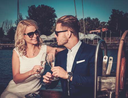 životní styl: Stylový bohatý pár na luxusní jachtě