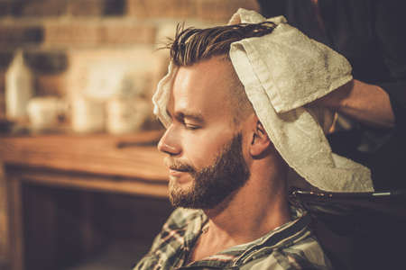 barbero: Pelo Hairstylist del cliente lavado en barbería Foto de archivo