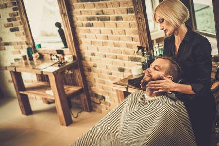 peluquero: Cliente Hipster barber�a visitar Foto de archivo