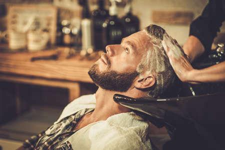 peluquerias: Pelo Hairstylist del cliente lavado en barbería Foto de archivo