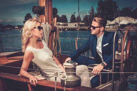 Élégant riche couple sur un yacht de luxe Banque d'images