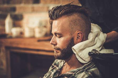 champu: Pelo Hairstylist del cliente lavado en barbería Foto de archivo