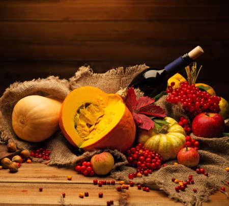 vida natural: Acción de gracias día de otoño la naturaleza muerta con botella de vino Foto de archivo