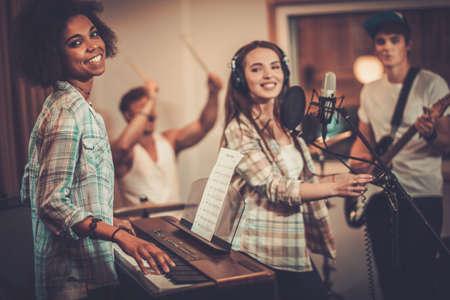 sonido: Banda de música multirracial realizar en un estudio de grabación