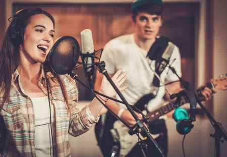estudio de grabacion: Banda de música actuando en un estudio de grabación