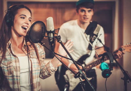Musik-Band, die in einem Aufnahmestudio Lizenzfreie Bilder