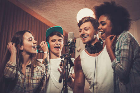estudio de grabacion: Banda de música multirracial realizar en un estudio de grabación