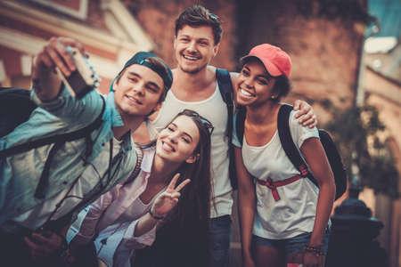 Amis multiraciales touristes faisant selfie dans une ville ancienne Banque d'images