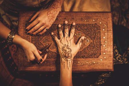 huwelijk: Tekening proces van henna menhdi versiering op de vrouw de hand
