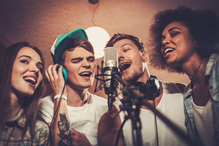 Multi-ethnique groupe de musique jouer dans un studio d'enregistrement