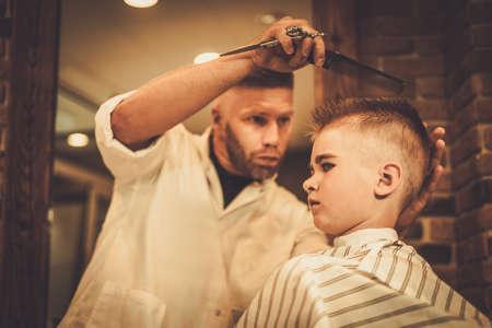 barbero: El ni�o peque�o visitando estilista en barber�a