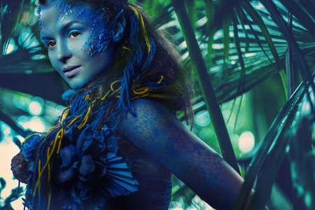 efectos especiales: Mujer Avatar en un bosque mágico