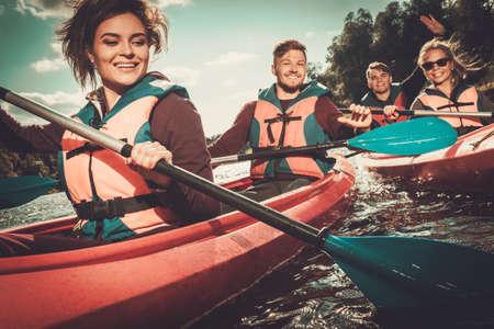 piragua: Grupo de gente feliz en un kayak Foto de archivo
