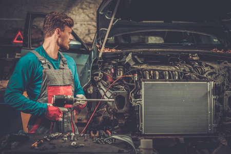 mecanico automotriz: Mecánico en un taller Foto de archivo